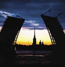 Разведённый Дворцовый мост. Вид на Петропавловскую крепость