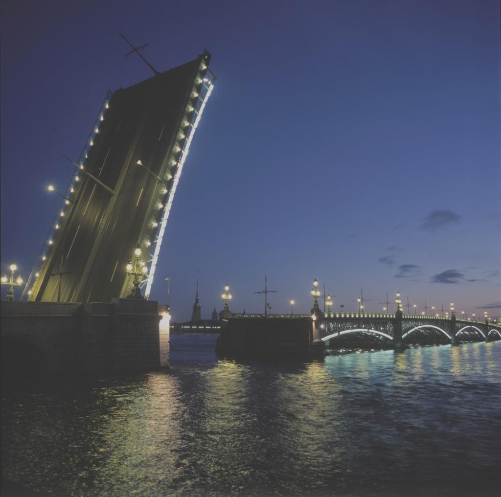 Разведённый Троицкий мост. Вид на Петропавловскую крепость